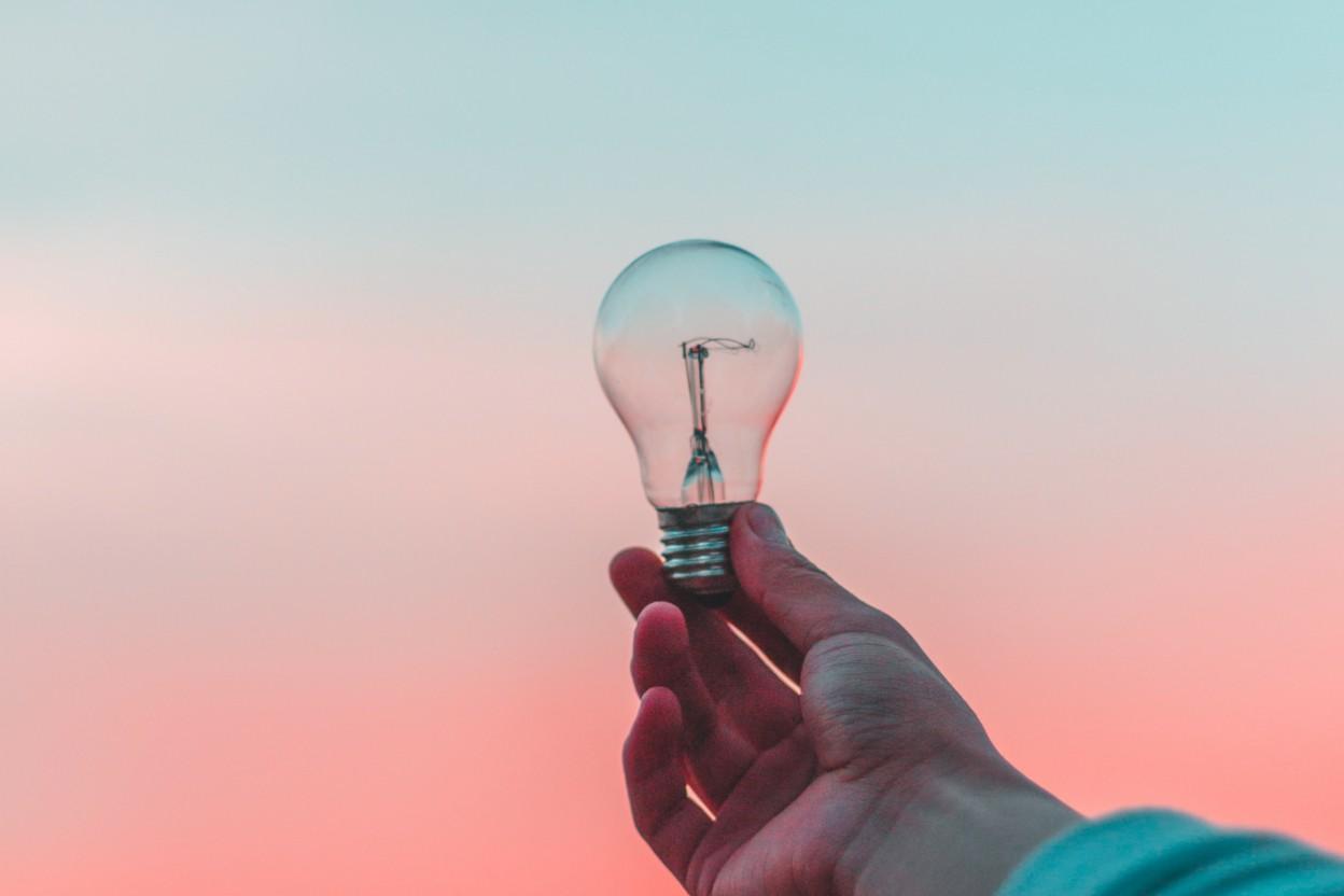 Glühbirne in einer Hand