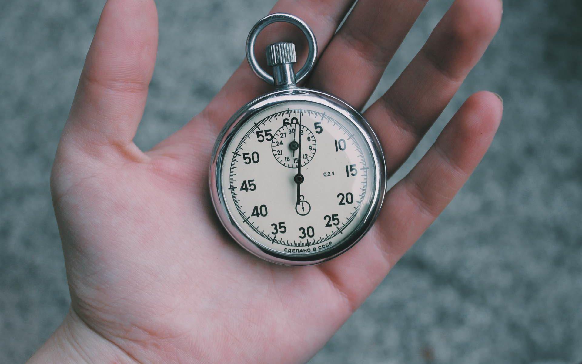 Eine Uhr in einer Hand